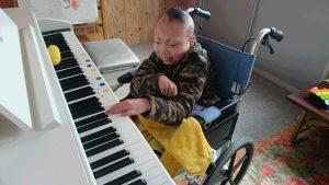 室内 ピアノで遊ぶ